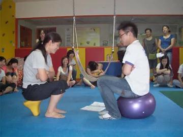 徐磊进行感觉统合实践操作培训