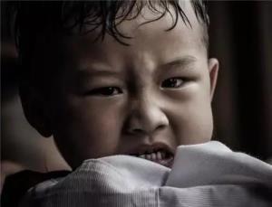 孩子自残怎么办?正确释放孩子情绪,这样做最有效!
