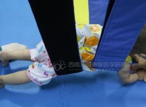 脑瘫儿童家庭康复训练之姿势训练!简单实用,在家也能做